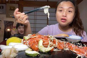 Không thua kém mẹ Quỳnh Trần, bé Sa cũng 'trổ tài' làm đồ ăn và mukbang ngay trong clip của mẹ