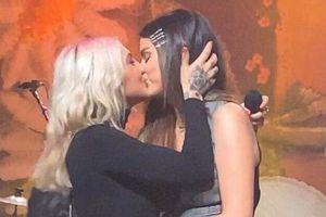Nữ ca sĩ 9X khóa môi với Selena Gomez là ai?