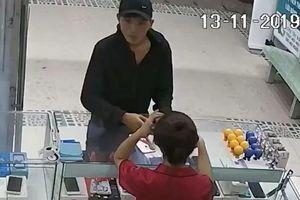 Đi ôtô vào cửa hàng cướp 3 iPhone