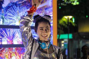 Nữ DJ ở phố đi bộ Nguyễn Huệ khuấy động không khí trận Việt Nam - UAE