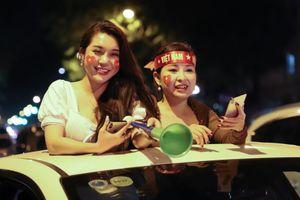 Người hâm mộ đổ ra đường mừng tuyển Việt Nam đánh bại UAE