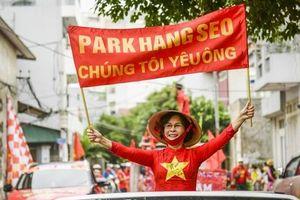 CĐV Việt diễu hành khắp phố, 'nhuộm đỏ' Mỹ Đình cổ vũ tuyển Việt Nam