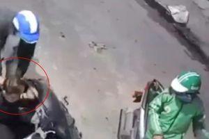 Hai đối tượng táo tợn dí dao vào cổ nam thanh niên cướp xe máy