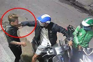 Clip: Cướp dí dao vào cổ uy hiếp nạn nhân, cướp chiếc xe Vespa