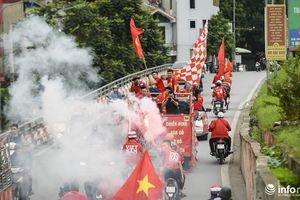 Cổ động viên quá khích đốt pháo trên đường ra 'tiếp lửa' cho ĐT Việt Nam