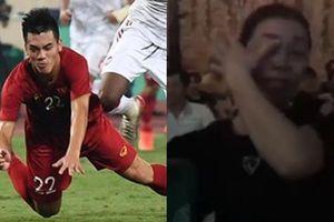 Khoảnh khắc xúc động nhất trận gặp UAE: Mẹ Tiến Linh khóc nức nở khi con trai ghi bàn