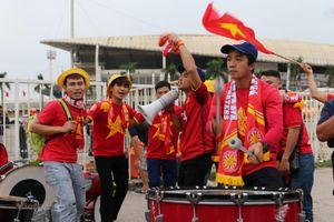 CĐV 'nhuộm đỏ' sân Mỹ Đình, tiếp sức tuyển Việt Nam đánh bại UAE