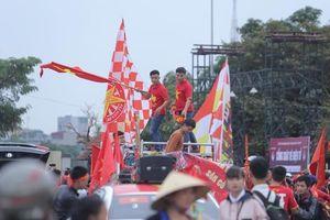 Hàng nghìn cổ động viên tập trung tại SVĐ Mỹ Đình hò reo cổ vũ đội tuyển Việt Nam trước giờ gặp UAE