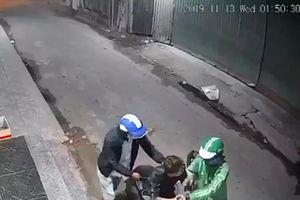 Clip 2 tên cướp táo tợn dùng dao khống chế cướp xe máy, điện thoại giữa đường ở Sài Gòn