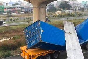 Dầm cầu bộ hành bị xe container kéo sập vì có độ cao thấp hơn thiết kế?