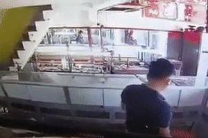 Clip: Táo tợn cảnh nam thanh niên nổ súng cướp tiệm vàng rồi tẩu thoát trong chưa đầy 1 phút ở Sài Gòn