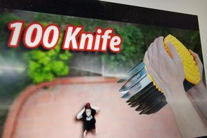 YouTuber NTN thả 100 con dao nhọn từ lầu cao để kiếm view