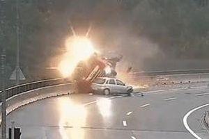 Ôtô mất lái húc văng xe bồn xuống vực sâu