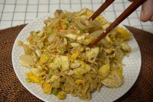 Tự làm mì ramen xào trứng sốt xì dầu kiểu Hàn Quốc