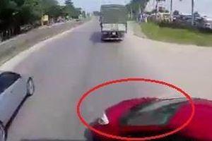 Ôtô con vượt ẩu bị xe tải đâm xoay ngang giữa đường