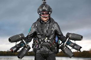 'Iron Man' người Anh bay với tốc độ 136 km/h