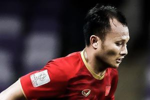 Trọng Hoàng 2 lần chuyền bóng kiểu mắt lác trước UAE