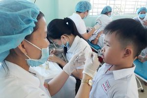 Tặng quà, khám bệnh răng miệng cho gần 400 học sinh