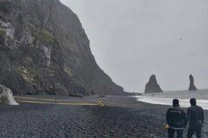 Mải chụp selfie, nhóm du khách bị sóng lớn thổi tung tại Iceland