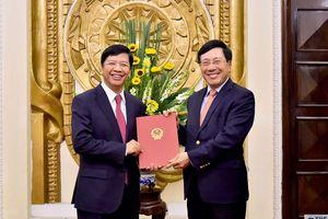 Phó Thủ tướng Phạm Bình Minh trao quyết định nghỉ hưu cho đồng chí Nguyễn Quốc Cường