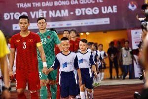 Hình ảnh Đặng Văn Lâm dắt con trai Á hậu Thụy Vân vào sân trận gặp UAE gây sốt