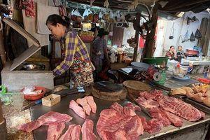 Giá thịt lợn tăng vọt do tiểu thương 'làm giá'?