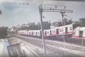 Hãi hùng khoảnh khắc hai đoàn tàu lao thẳng vào nhau ở Ấn Độ