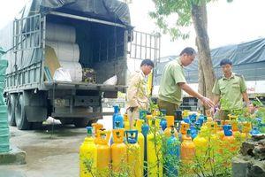 Quảng Bình: Bắt giữ xe tải vận chuyển 100 bình khí cười