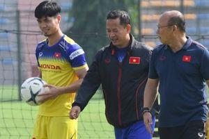 HLV Park Hang-seo nói chuyện với Công Phượng sau trận thắng UAE
