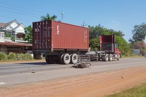 Bình Phước: Xe container tông xe máy, 2 vợ chồng bị thương nặng