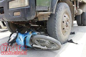 Xe tải mất lái tông hai xe máy, 4 người bị thương nặng