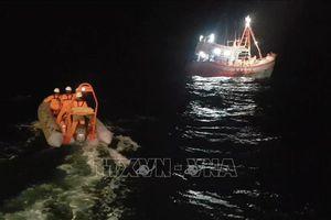 Tàu cá bị sóng lớn đánh chìm, 7 ngư dân may mắn được cứu