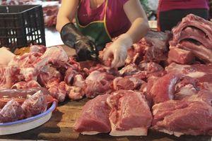Giá bán lẻ thịt lợn đắt kỷ lục, người nội trợ ngậm ngùi đổi thực đơn