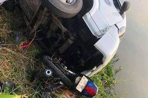 Cà Mau: Xe tải tông 4 người văng xuống bờ sông bị thương nặng