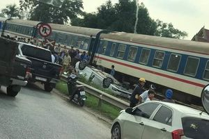 Tàu hỏa tông ô tô 4 chỗ, nữ tài xế tử vong ở Nghệ An