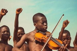 Vì sao bức ảnh cậu bé đánh đàn violin bên bạn bè đẹp nhất năm 2019?