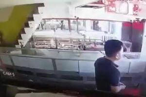 Cảnh cướp nổ 2 phát súng 'cuỗm' số vàng gần 1 tỉ đồng giữa phố Sài Gòn
