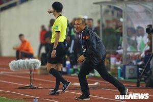 Á quân World Cup bất lực ném chai nước, HLV Park Hang Seo đếm từng giây bù giờ