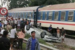 Tàu hỏa đâm ô tô, nữ tài xế thiệt mạng