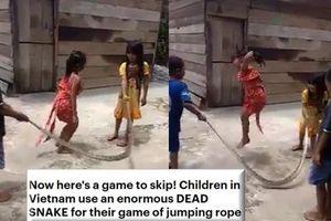 Clip 4 đứa trẻ Việt dùng xác rắn khủng chơi nhảy dây khiến báo Anh kinh ngạc
