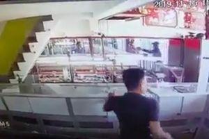 Clip: Tên cướp táo tợn nổ súng cướp tiệm vàng rồi tẩu thoát trong vòng 1 phút ở Sài Gòn