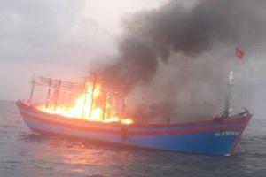 Tàu cá hơn 13 tỷ chở 7 thuyền viên bất ngờ bốc cháy