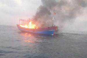 Tàu cá bốc cháy giữa biển, 7 ngư dân được cứu hộ thành công