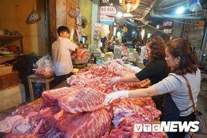 Giá thịt lợn tăng 'sốc', dân buôn kêu ế thảm