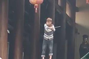 Hà Nội: Nam thanh niên có biểu hiện 'ngáo đá' cầm dao vắt vẻo trên lan can chùa Phúc Long khiến người dân phẫn nộ