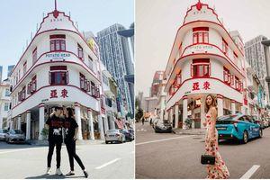 Ngày đầu hưởng tuần trăng mật, Đông Nhi và Ông Cao Thắng check-in 'Tiệm Khoai Tây' siêu hot lúc nào cũng đông nghẹt khách ở Singapore