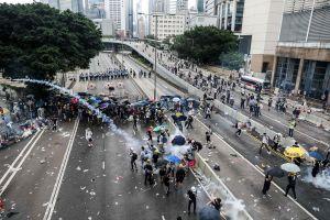Binh lính Trung Quốc giúp dọn dẹp đường phố Hồng Kông sau biểu tình