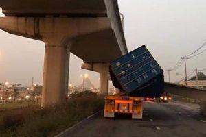 Xe container kéo sập dầm cầu bộ hành: Do độ thùng xe hay lỗi kỹ thuật thi công cầu?