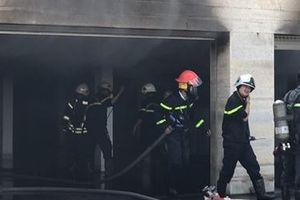 Nhiều xế sang thoát cháy khi căn biệt thự bị lửa bao trùm