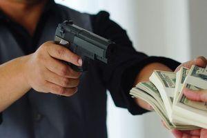 Nhân viên ngân hàng cướp tiền của khách